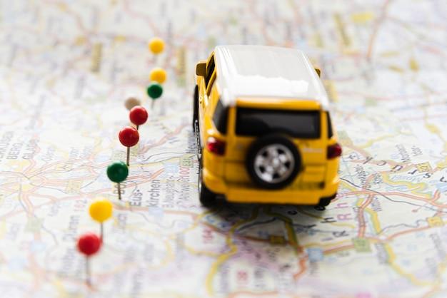 Auto auf deutschland-karte mit punktlinie