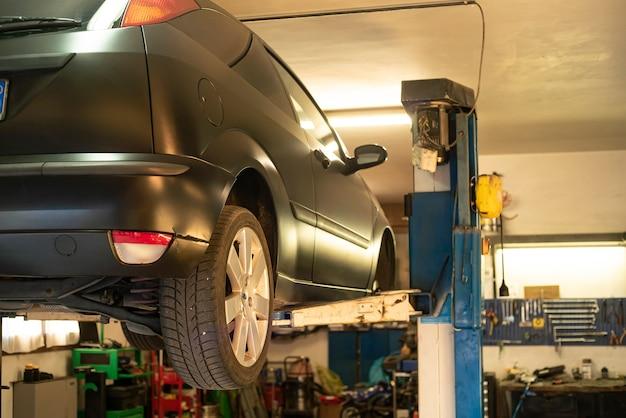 Auto auf laufkran in der werkstatt zur wartung