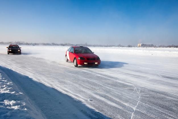 Auto-eisrennen auf dem zugefrorenen see