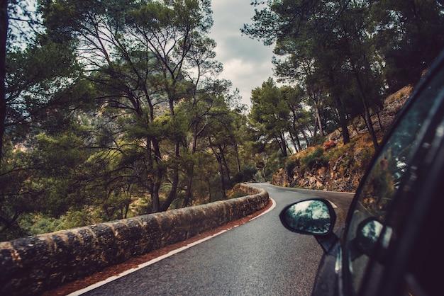 Auto fahren auf einer bergstraße
