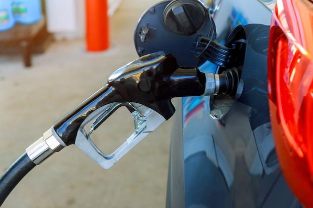 Auto füllen mit benzin an einer tankstelle, tankstellenpumpe.