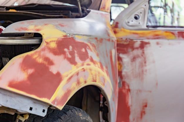 Auto für lackierung und reparatur vorbereitet