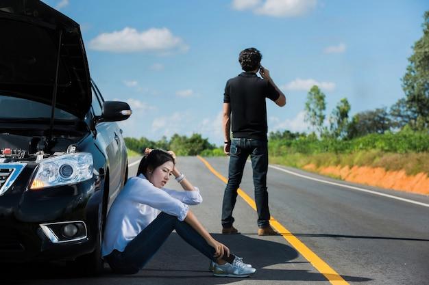 Auto gebrochene straße man telefon anruf versicherung