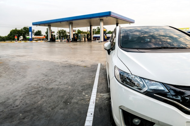 Auto, geparkt in der ptt-tankstellenpumpe. land thailand