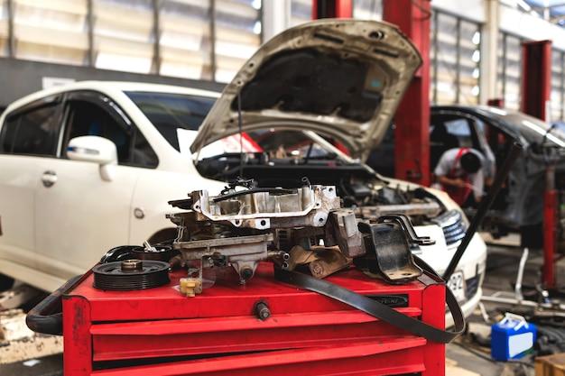 Auto im autoreparatur-service-center mit weichzeichner und überlicht im hintergrund