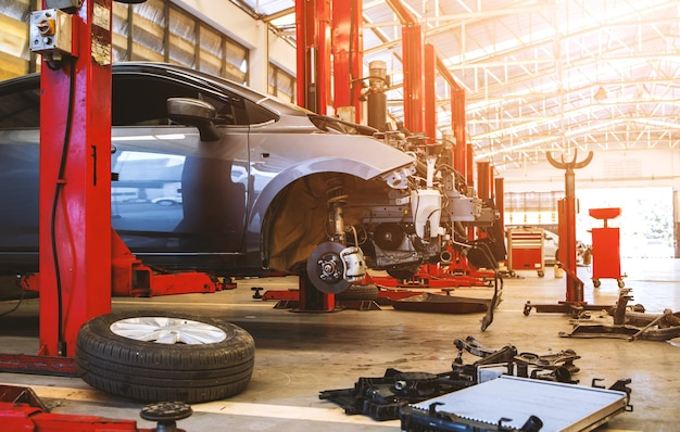 Auto im autoreparatur-service-center mit weichzeichner und überlicht in der