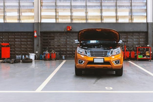 Auto im autoreparatur-servicecenter mit soft-fokus im hintergrund und über licht