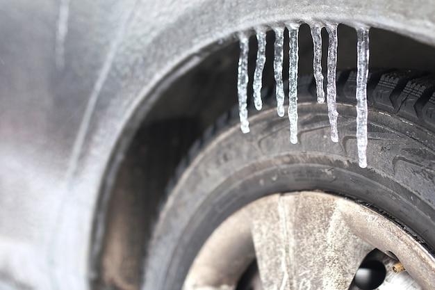 Auto im freien an einem wintermorgen mit schnee bedeckt