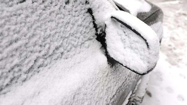 Auto im schnee hautnah. gefrorenes auto