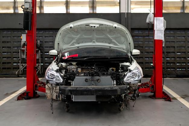 Auto in der reparaturstation und im karosseriebau