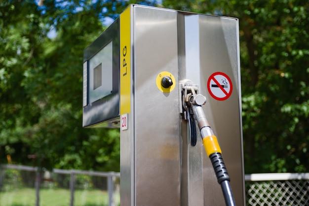 Auto in tankstelle. kraftstoff, benzinspender, pumpe, griffe und säulen. tanken.