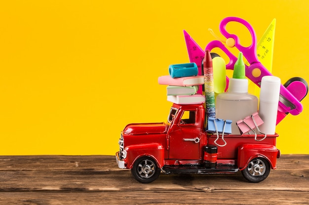 Auto liefern schulmaterial