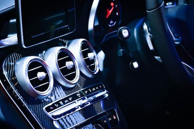 Auto-lüftungssystem und klimaanlage aus nächster nähe - details und steuerelemente eines modernen autos.
