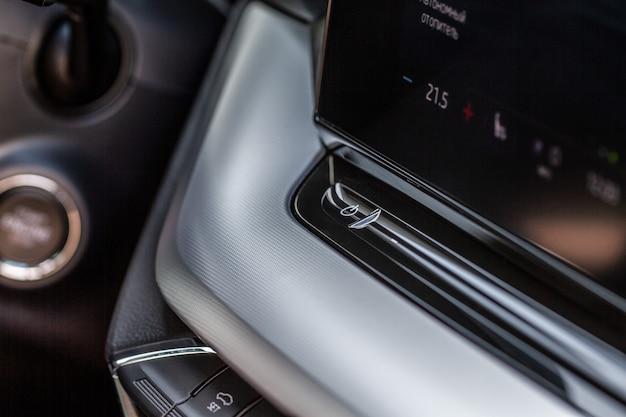 Auto-mediendetails. schaltfläche zur navigationssteuerung. details des autoinnenraums. auto-media-power-taste.