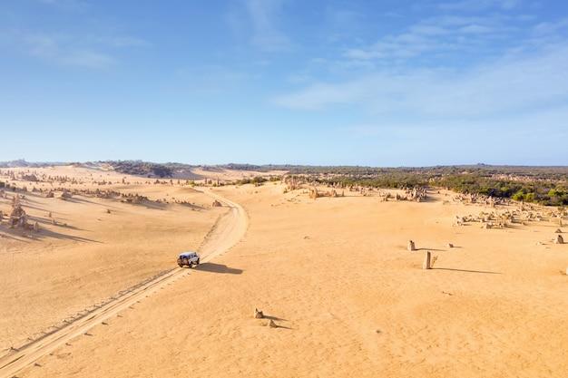 Auto mit allradantrieb auf pinnacles drive, schotterweg in pinnacles desert, western australia.