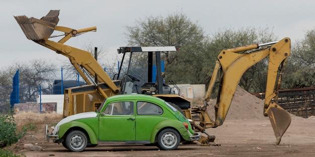Auto mit bagger an der baustelle, los olivos, dolores hidalgo, guanajuato, mexiko