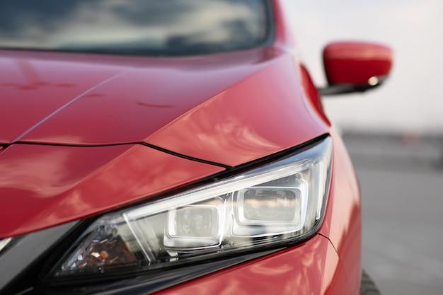 Auto mit blinkendem scheinwerfer aus der nähe. auto führte licht mit einem verschwommenen hintergrund und einer schönen farbe.