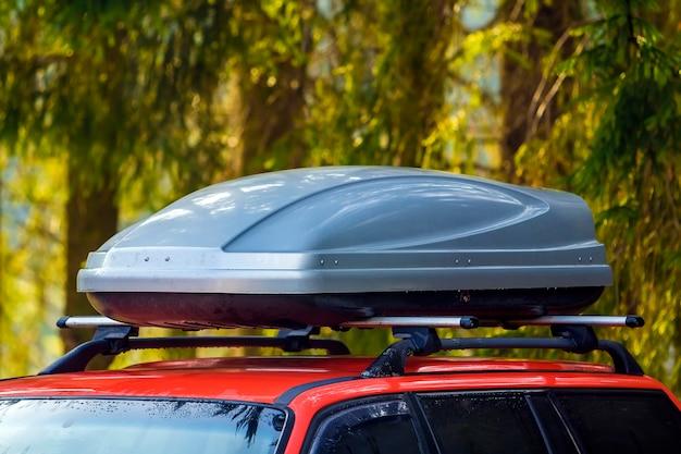 Auto mit dachgepäckboxbehälter für reise