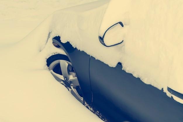 Auto mit schnee bedeckt