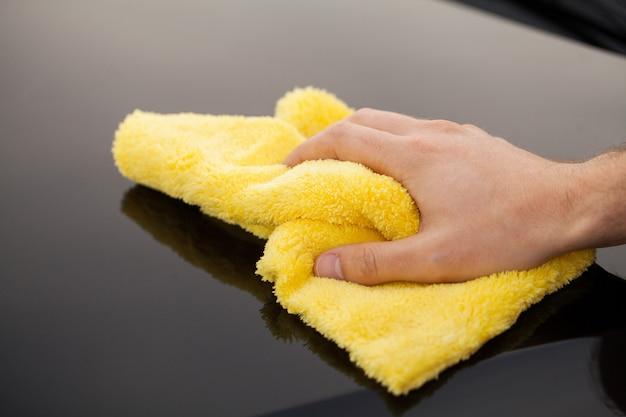 Auto putzen. mikrofaser zum reinigen und polieren des autos