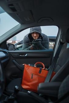 Auto-räuber stiehlt frauenhandtasche, stiehlt