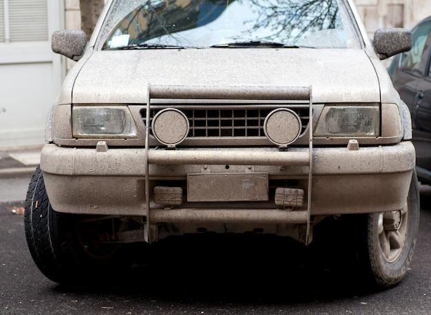 Auto-rallye schlammig