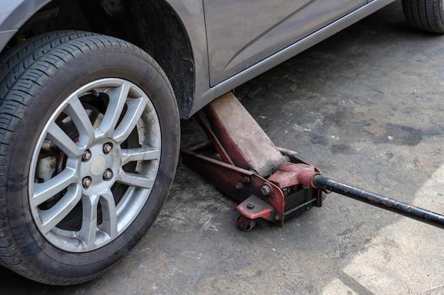 Auto reparieren mit anheben im service-shop
