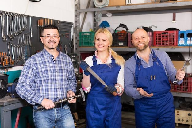 Auto-service-crew in der nähe von werkzeugen