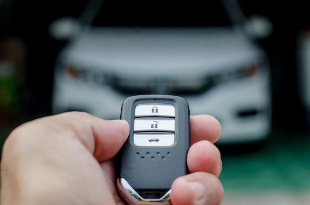 Auto smart key ist ein elektronisches zugangs- und autorisierungssystem, hand hält smart key des autos.