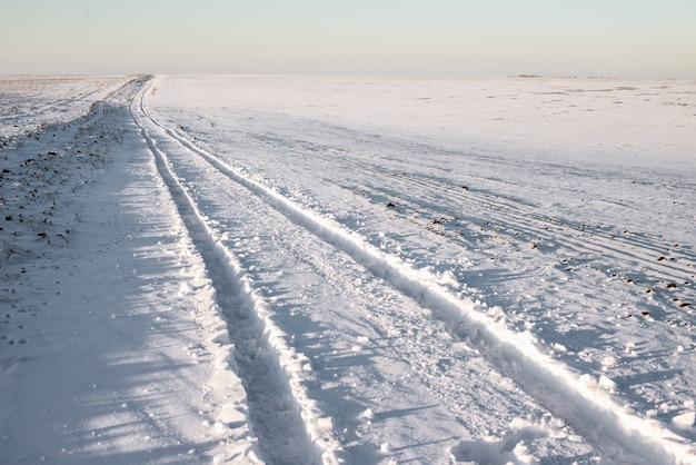 Auto spuren auf schnee