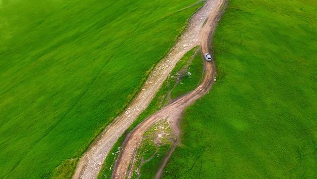 Auto steigt die bergstraße zum gipfel des berges