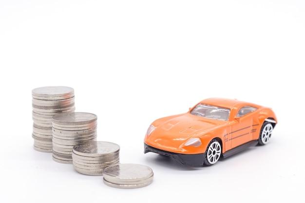 Auto- und stapelmünzen auf weißem hintergrund