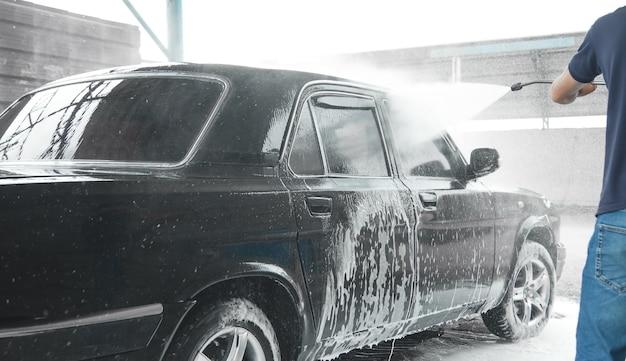 Auto waschen. der waschvorgang auf einer selbstbedienungsautowaschanlage