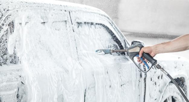 Auto waschen. waschvorgang auf einer selbstbedienungs-autowaschanlage