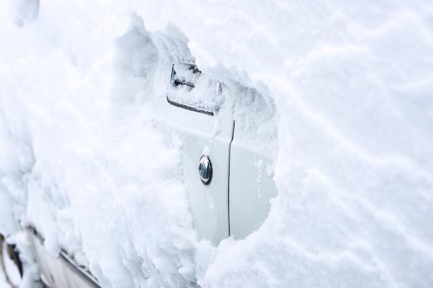 Auto winter notfall. wetterbedingte fahrzeugnotfälle