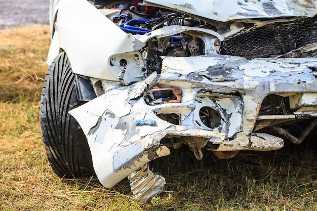 Auto wird durch unfall beschädigt