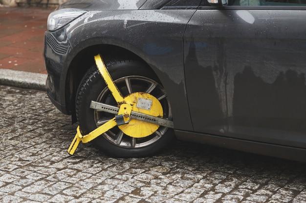Auto wurde mit gelbem festgeklemmtem fahrzeug verschlossen