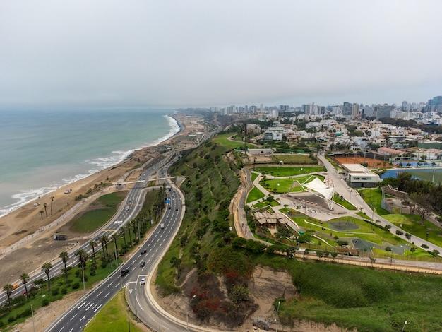 Autobahn der costa verde, auf der höhe des bezirks miraflores in der stadt lima, peru.