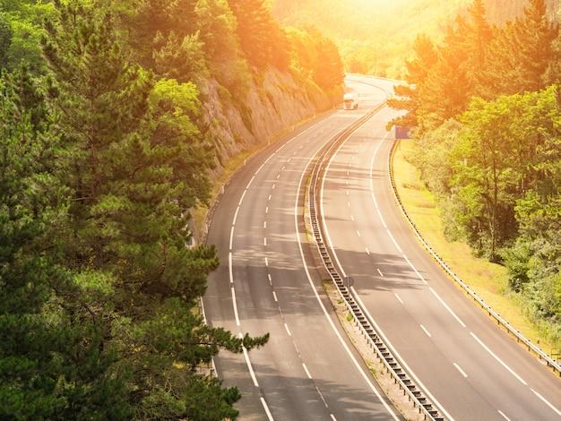 Autobahn durch bewaldete landschaft