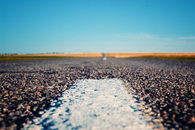 Autobahn durch ländliche landschaft