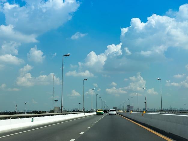 Autobahn mit blauem himmel