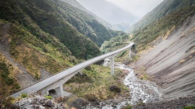 Autobahn schlängelt sich durch grüne berge valleyotira viadukt arthurs pass nationalparkneuseeland