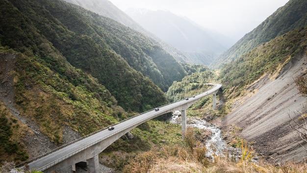 Autobahn schlängelt sich durch grünes bergtal schuss von otira viadukt arthurs pass nationalparkduct