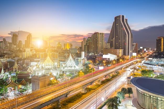 Autobahn und skyling in der geschäftszone oder im stadtzentrum von bangkok thai