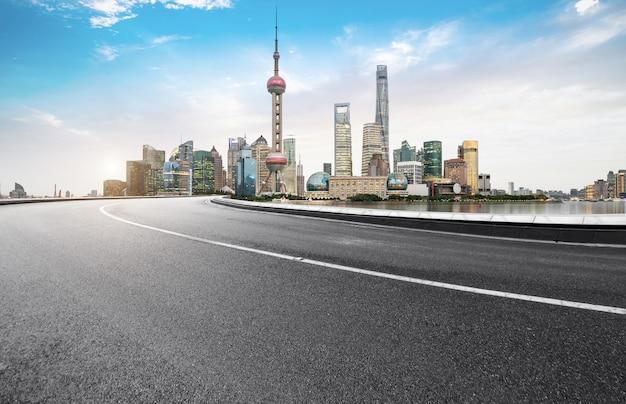 Autobahn- und stadtskyline in shanghai, china
