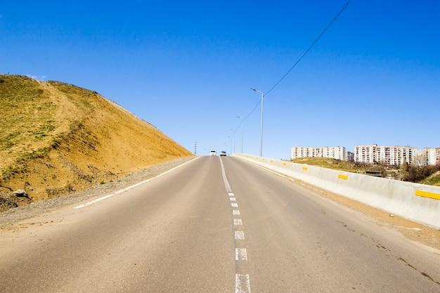 Autobahn- und straßenlandschaft und ansicht in tiflis, georgien