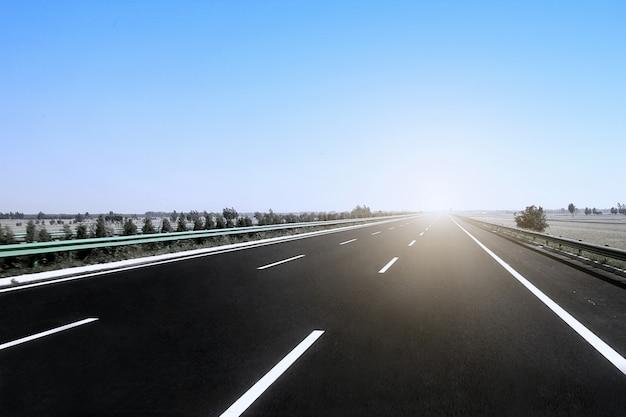 Autobahn unter sonnenschein