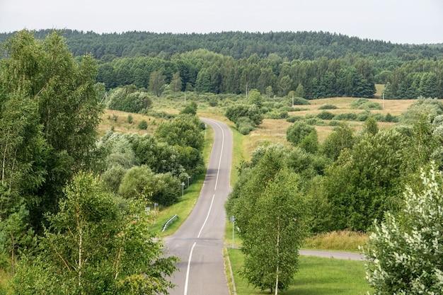 Autobahnautobahn in einer schönen naturlandschaft