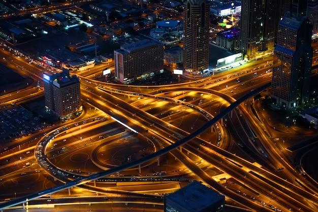 Autobahnen, die in im stadtzentrum gelegenem dubai, nachtansicht kreuzen