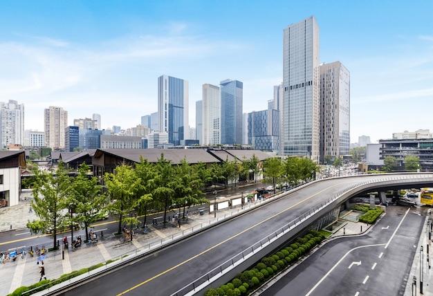 Autobahnen und moderne städtische gebäude in chengdu, china